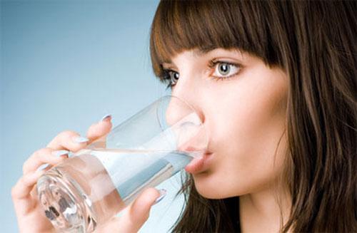Uống nước thường xuyên là cách phòng tránh bệnh hiệu quả và an toàn