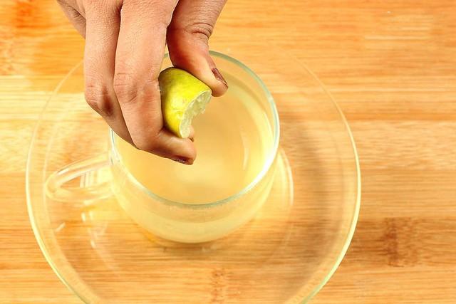 Uống một ly nước chanh vào buổi sáng sẽ giúp giảm mỡ bụng