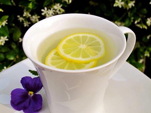 Chanh tươi và nước nóng uống hàng ngày sẽ giúp giải độc gan hiệu quả