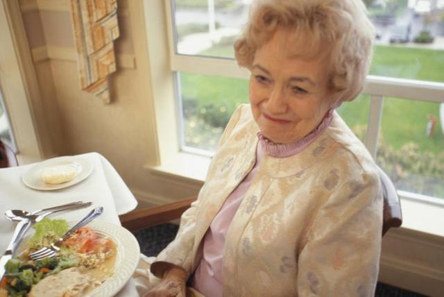 Ngăn ngừa chứng chán ăn tâm thần ở người cao tuổi