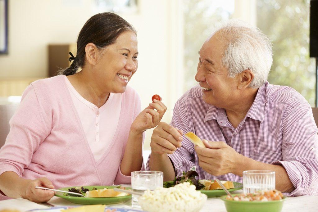 Người cao tuổi nên ăn nhiều hoa quả, chất xơ và tránh các thức ăn nhiều cholesterol