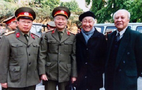 GS. Lê Thế Trung (thứ 2 bên trái qua) chủ nhiệm đề tài cây xạ đen